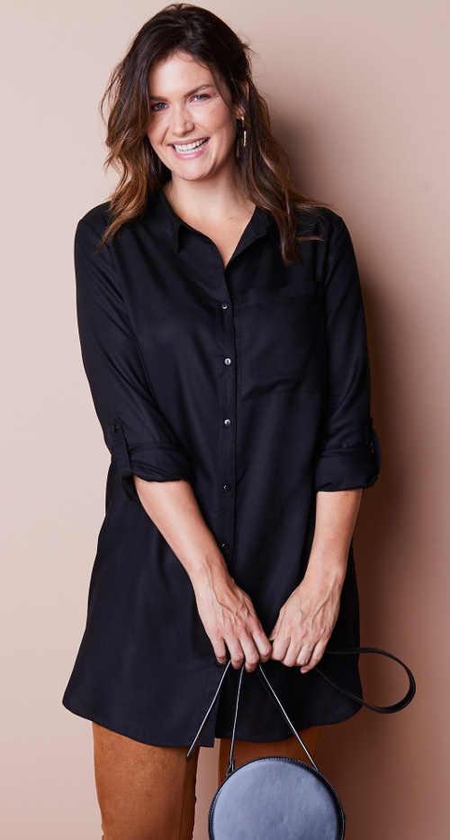 Čierny elegantný košeľový top s výšivkou na chrbte
