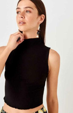 Dámsky moderný úpletový top v čiernej farbe so stojačikom pri krku