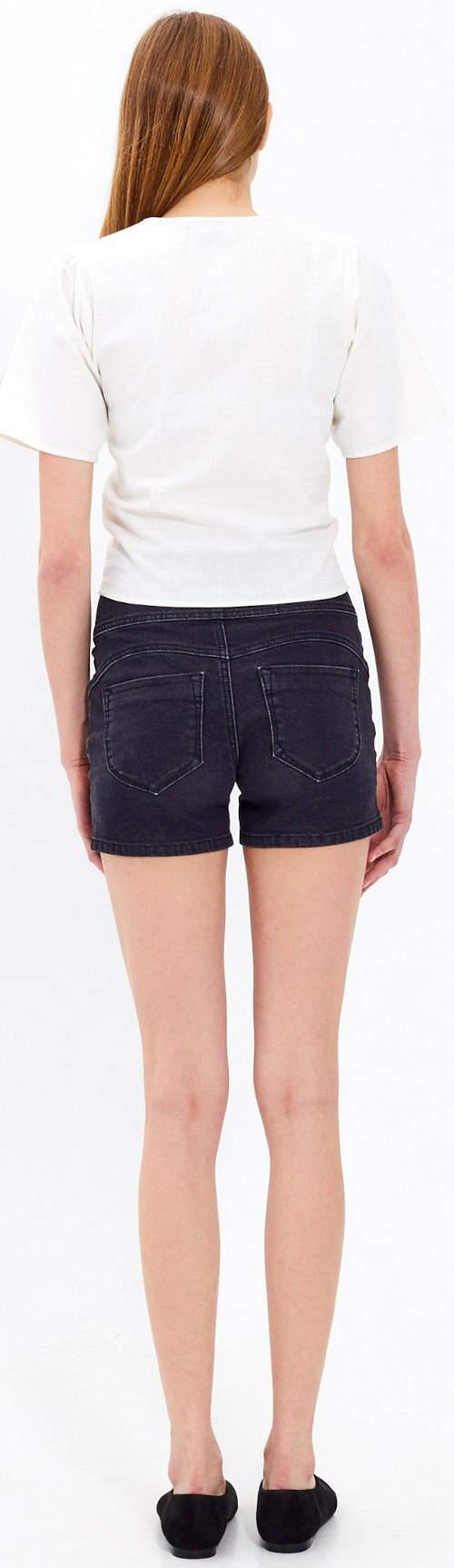 Biela blúzka sa skvele hodí k džínsovým šortkám