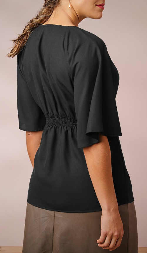 Pohodlná čierna blúzka s koženou sukňou